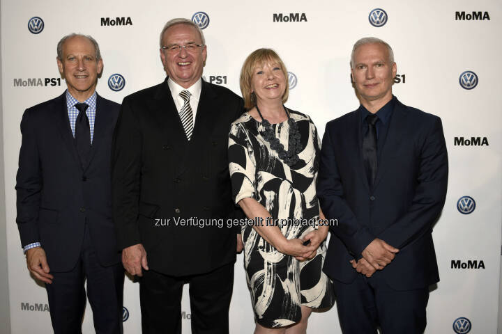 Glenn D. Lowry, Direktor des Museum of Modern Art (MoMA); Martin Winterkorn, Chairman of the Board of Directors Volkswagen Group of America sowie Vorstandsvorsitzender der Volkswagen Aktiengesellschaft; Wendy Woon, Edward John Noble Deputy Direktorin Bildung; Klaus Biesenbach, Direktor MoMA PS1 und Chief Curator at Large MoMA.: VW Volkswagen AG: Neues Kapitel in der langjährigen Partnerschaft zwischen dem Volkswagen Konzern und dem Museum of Modern Art sowie MoMA PS1 (C) Volkswagen AG