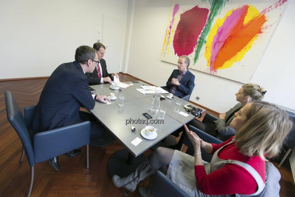 Für http://www.christian-drastil.com/fachheft-info/ im Talk: Wilhelm Celeda (RCB), Stefan Dörfler (Erste Group), Christian Drastil, Andrea Pelinka-Kinz (RCB), Hana Cygonkova (Erste Group), © Martina Draper/finanzmarktfoto.at (09.03.2013)