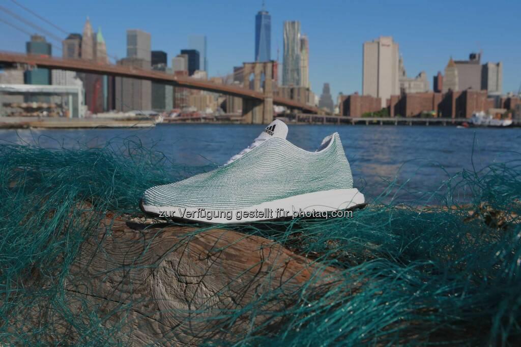 adidas feierte gestern im UN-Hauptquartier seine vor Kurzem bekannt gegebene Partnerschaft mit Parley for the Oceans und präsentierte ein innovatives Schuhkonzept, das im Rahmen dieser Partnerschaft entwickelt wurde: Weltneuheit von adidas: ein Schuh, dessen Obermaterial vollständig aus recycelten Plastikabfällen und Netzen aus dem Meer besteht. , © Aussendung (30.06.2015)