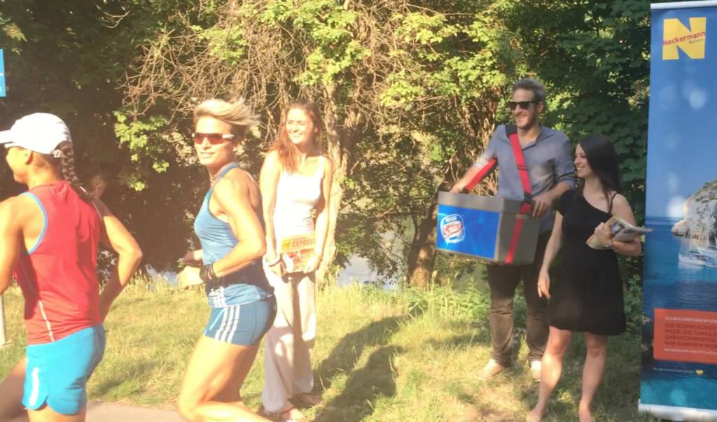 Annabelle Mary-Konczer und Elisabeth Niedereder werden von eisversorgenden Neckermännerinnen auf dem Donaukanal angelacht (02.07.2015)