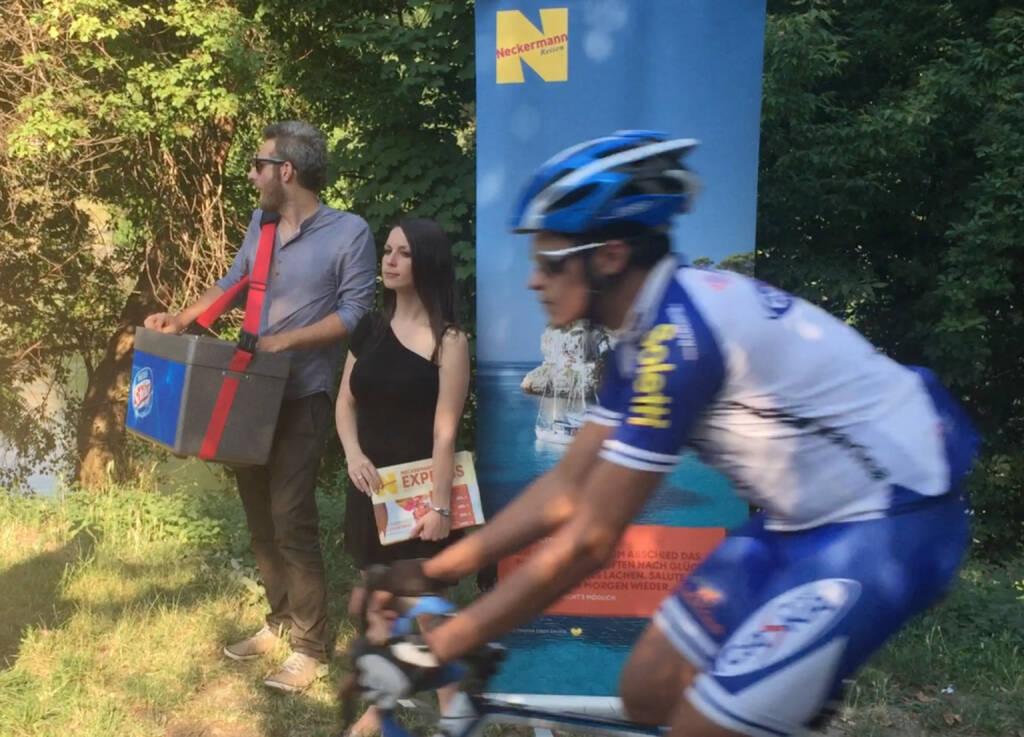 Speedking Radfahrer werden von eisversorgenden Neckermännerinnen auf dem Donaukanal ignoriert (02.07.2015)