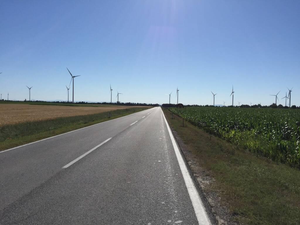 Straße, Windräder (12.07.2015)
