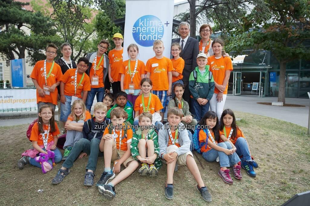 """Alois Stöger (Technologieminister), Junior-Studierende : """"Tag der Vielfalt"""" : Kinderuni Wien : © Klima- und Energiefonds/Mag. Katja Hoyer, © Aussendung (14.07.2015)"""