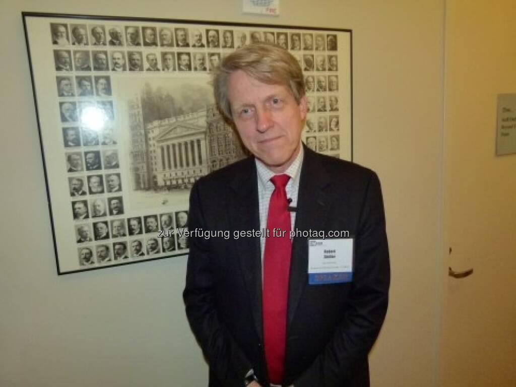 Robert Shiller, fotografiert und interviewt von Tim Schäfer, siehe http://www.christian-drastil.com/2013/03/12/was-robert-shiller-zum-hausermarkt-aktien-gold-sagt-tim-schaefer/ (12.03.2013)