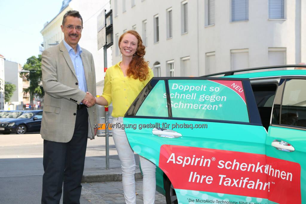 Martin Hagenlocher (Bayer Austria), Caroline Dolezal - kostenlose Fahrten mit dem Aspirin®-Taxi innerhalb Wiens : © Ludwig Schedl Fotocredit: Bayer Austria GmbH/APA-Fotoservice/Schedl, © Aussender (17.07.2015)