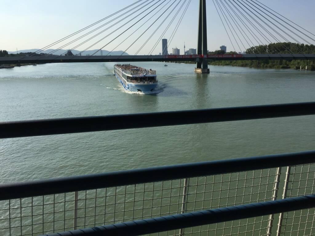 Brücke, Donau, Schiff (17.07.2015)