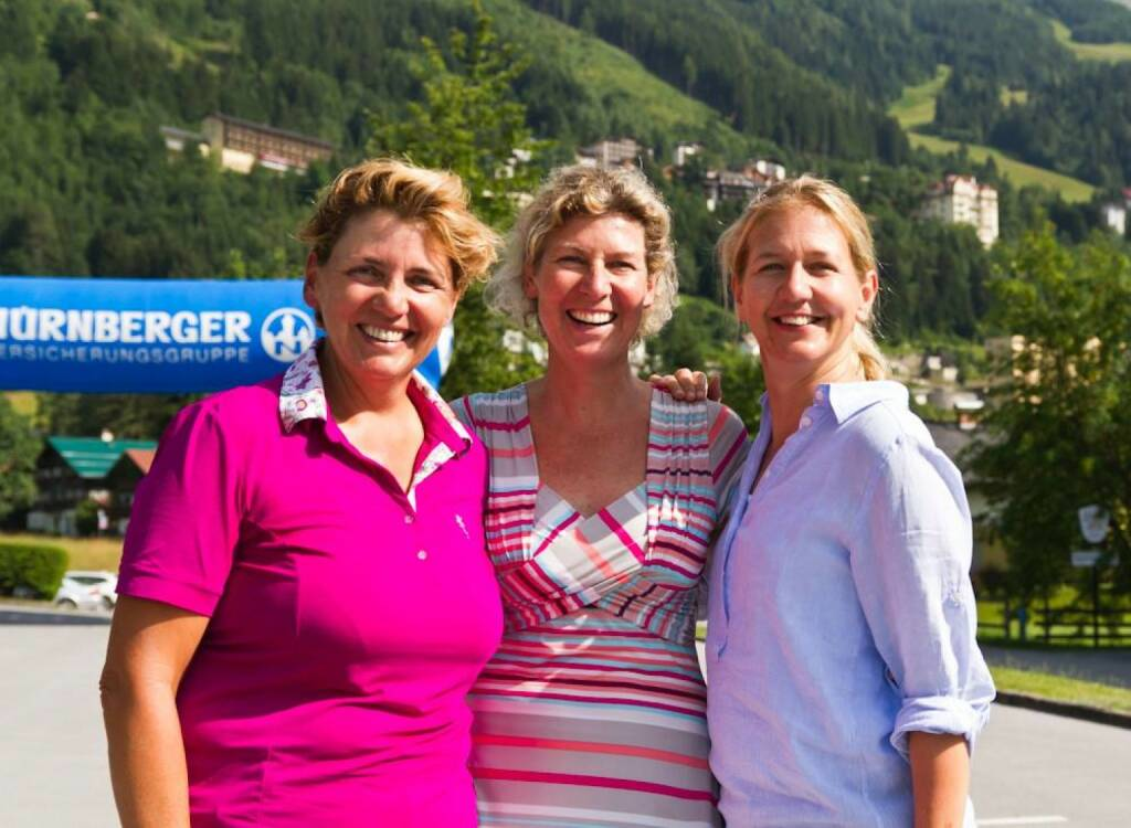 Nürnberger Gastein Ladies: Slalom-Olympiasiegerin Petra Kronberger (Mitte) ist bereits angekommen und genießt mit Turnierbotschafterin Judith Wiesner-Floimair (links) und Turnierdirektorin Sandra Reichel (rechts) die Sonne auf der Terrasse des Fünf-Sterne-Hotels Europäischer Hof., &copy;  <a href=