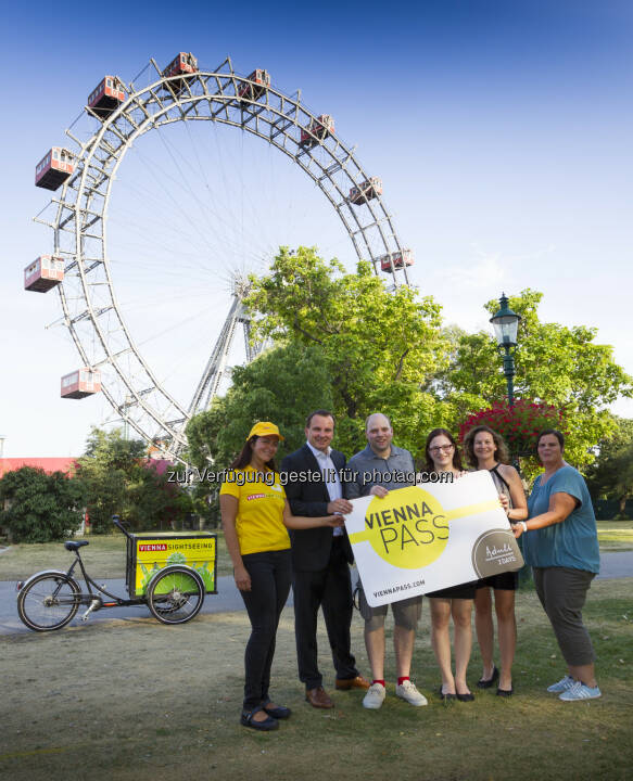 Alexandra Rohrhofer (Vienna Sightseeing Tours), Paul Blaguss (Vienna PASS), Clemens Hallas & Bettina Weber (Gewinner), Ulrike Piringer (Vienna PASS), Sabrina Unzeitig (Wiener Riesenrad) : Vienna PASS : Ehrung 125.000. Eintritt  ©  Vienna PASS / Martin Steiger