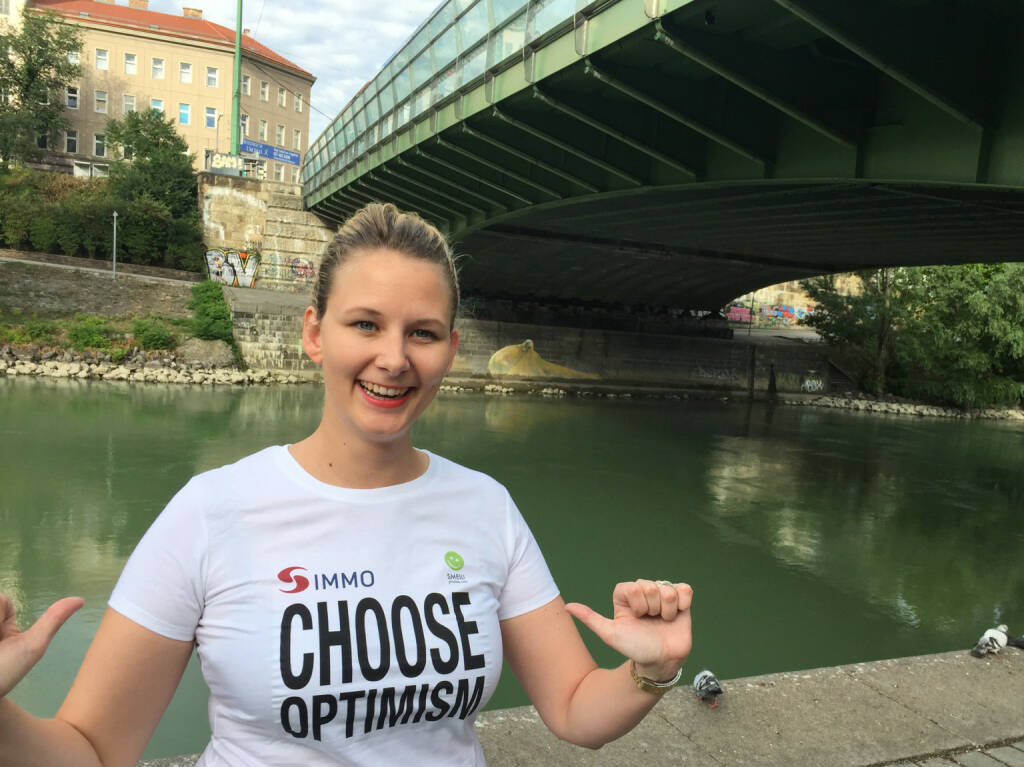 Julia Pleschke, smoonr, Choose Optimism, Shirt in der S Immo / Smeil-Edition, © Diverse Fotografen / Aktion wurde vom Börse Express 2014 an photaq/BSN übetragen (29.07.2015)
