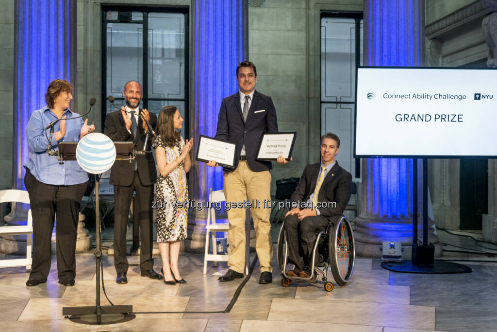Anita Perr (Clinical Associate Professor, NYU), Neil Giacobbi (Executive Director, Public Affairs AT&T), Marissa Shorenstein (President of AT&T New York), Markus Pröll (Xcessity) Victor Calise (Commissioner of the Mayor's Office for People with Disabilities) : Xcessity Gewinne,r der AT&T NYU Connect Ability Challenge in der Federal Hall New York : Fotograf: Giles Ashford Fotocredit: AT&T, © Aussendung (04.08.2015)