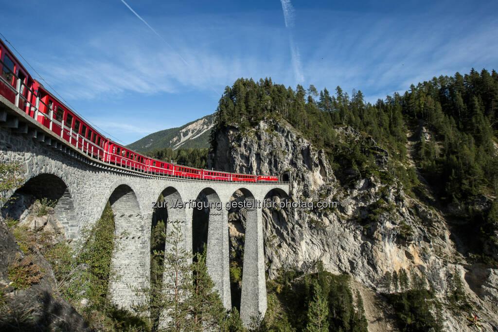 Rhätische Bahn : Unesco Welterbe : Die Albula- und Berninastrecke ist in Sachen Bautechnik und Linienführung eine Meisterleistung. Seit Juli ist die Bahnfahrt mit dem Unesco Welterbe Pass zu entdecken :  Fotograf: Andrea Badrutt / Fotocredit: Rhätische Bahn AG, © Aussender (04.08.2015)