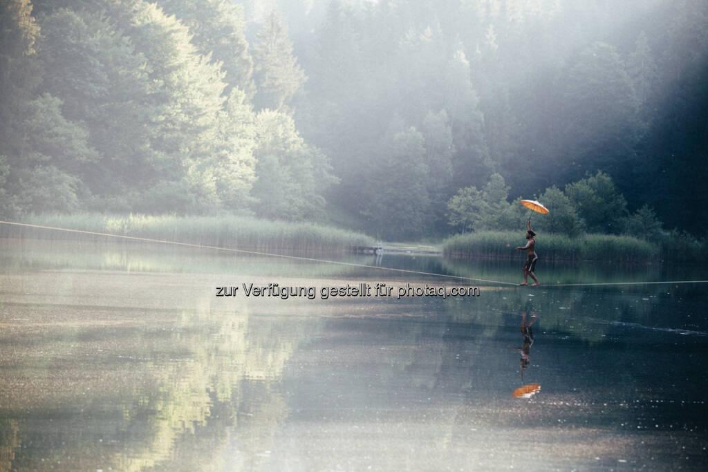 Christian Waldner : Alpbachtal Seenland Tourismus : Waterline-Spektakel am Berglsteiner See : Vom 12. bis 16. August wagen sich Akrobaten auf bis zu 130 Meter langen Slacklines über das Wasser - Balanceakt für Profis und Anfänger : © Flo Smith , © Aussendung (11.08.2015)