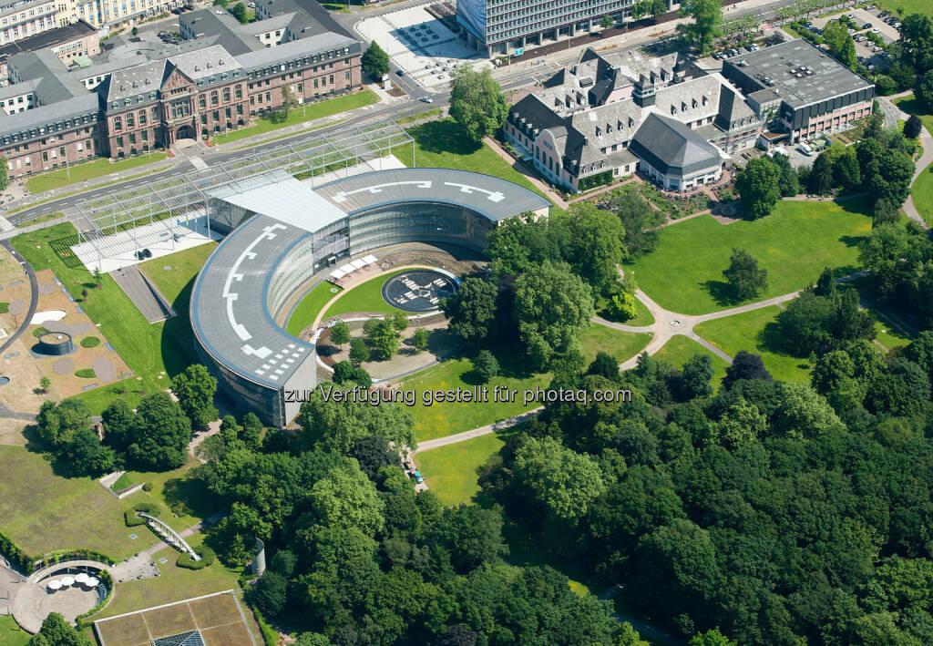 Bayer Konzernzentrale in Leverkusen : 850 neue Auszubildende bei Bayer : Ausbildung bleibt auf hohem Niveau : Konzern startet auch Pilotprojekt für Jugendliche mit Behinderung : © Bayer AG, © Aussendung (12.08.2015)
