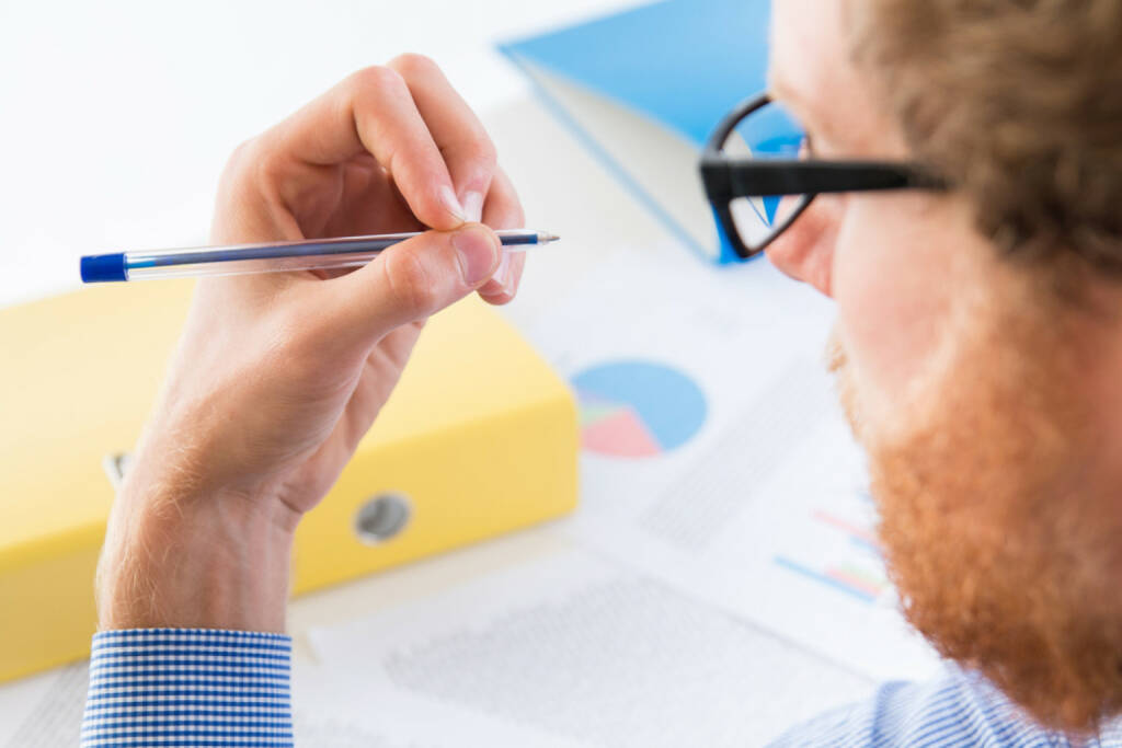 Linkshänder, links, schreiben, http://www.shutterstock.com/de/pic-247188547/stock-photo-man-holding-a-pen-with-his-left-hand-office.html, © www.shutterstock.com (13.08.2015)