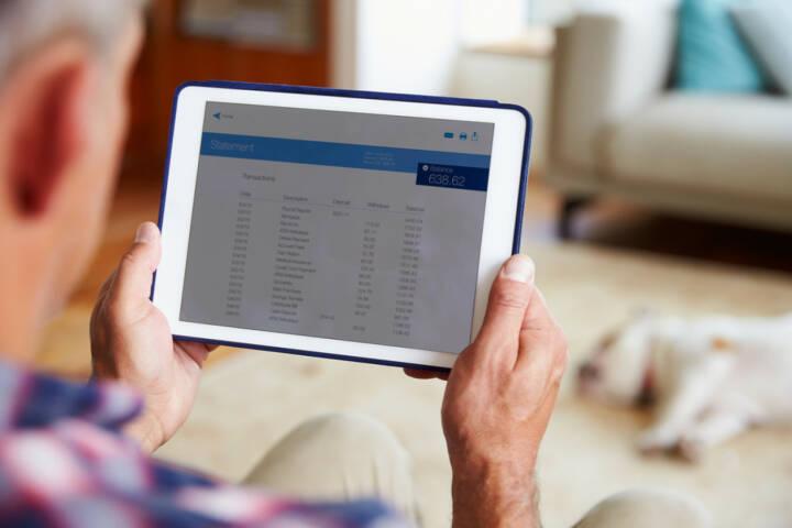 App, mobile banking, Tablet, überweisen, online, http://www.shutterstock.com/de/pic-300998102/stock-photo-man-looking-at-banking-app-on-digital-tablet.html