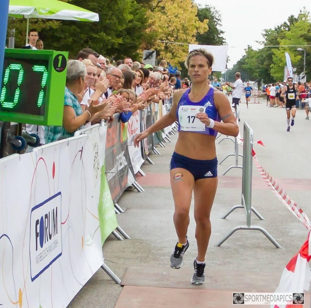 Elisabeth Niedereder gewinnt den Marchtrenker Stadtgrandprix im 1 Meilen Rennen in 5.07 min (C) Manfred Binder) (15.08.2015)