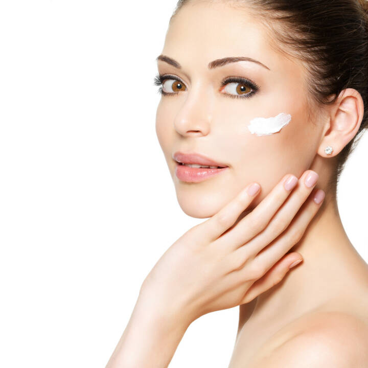 Kosmetik, Hautpflege, schminken, junge Frau http://www.shutterstock.com/de/pic-151726652/stock-photo-young-woman-with-cosmetic-cream-on-a-clean-fresh-face-skin-care-concept.html