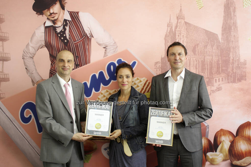 Jürgen Molner (Superbrands Austria Country Brand Manager) überreicht Martina Ecker (Brandmanagerin Manner) und Ulf Schöttl (Marketingleiter Manner): Josef Manner & Comp. AG: Manner ist zweifache Superbrand Austria 2015-2016, © Aussendung (17.08.2015)