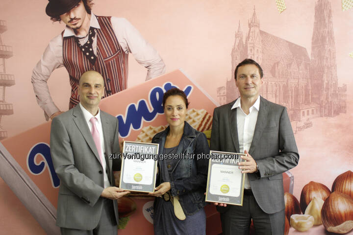 Jürgen Molner (Superbrands Austria Country Brand Manager) überreicht Martina Ecker (Brandmanagerin Manner) und Ulf Schöttl (Marketingleiter Manner): Josef Manner & Comp. AG: Manner ist zweifache Superbrand Austria 2015-2016