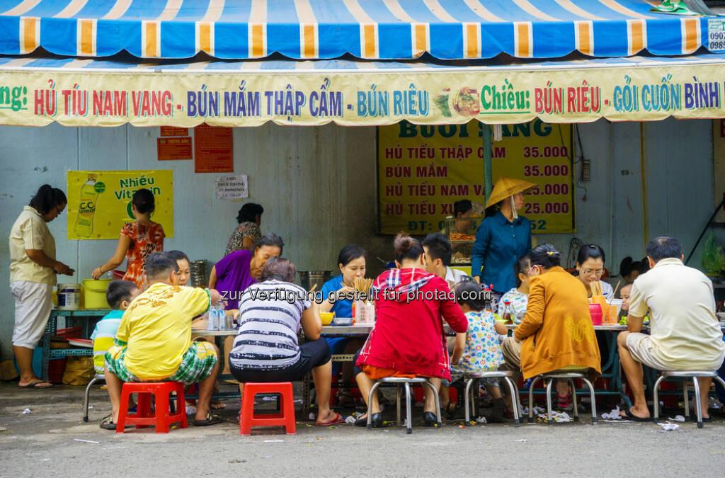 Esskultur in Vietnam : Esskultur im Wandel : Essen und Körper werden immer mehr zum Ausdruck von Lebensqualität und Identität. Eine der zentralen Fragen rund um das Bevölkerungswachstum ist jene der Ernährung. Dabei kommen hier zunehmend die Folgen des Nahrungsmittelüberflusses zum Tragen. Ein Grundlagenforschungsprojekt des Wissenschaftsfonds FWF will dem Thema nun eine neue Perspektive aus entwicklungssoziologischer Sicht hinzufügen. Am Beispiel von Vietnam untersuchen Forscherinnen und Forscher der Universität Wien den Wandel in der globalen Esskultur und fragen, welchen Sinn Menschen dem Essen und ihrem konsumierenden Körper heute zuschreiben : © shutterstock, © Aussender (24.08.2015)