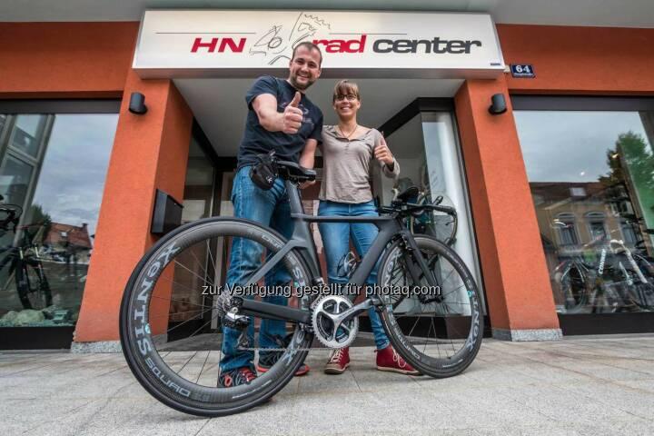 Gerd Hirschenberger (HN RadcenterI), Martina Kaltenreiner mit Rennrad