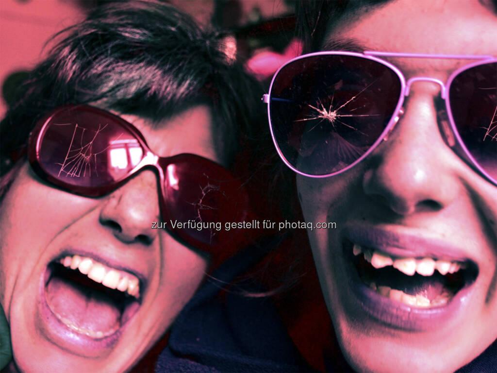 """Katrin und Felicitas Wölger : Saisonauftakt am KosmosTheater: Die Fortsetzungsperformance """"song of myself or (m)other 2"""" eröffnet am 17.9. die neue Spielzeit : © Katrin Wölger, © Aussendung (27.08.2015)"""