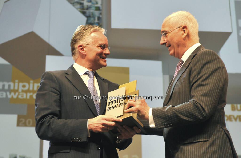 Wolfgang Schäfers, CEO IVG, erhält Mipim Award für The Squaire von Alan Collet, Jurymitglied - http://www.thesquaire.com (18.03.2013)
