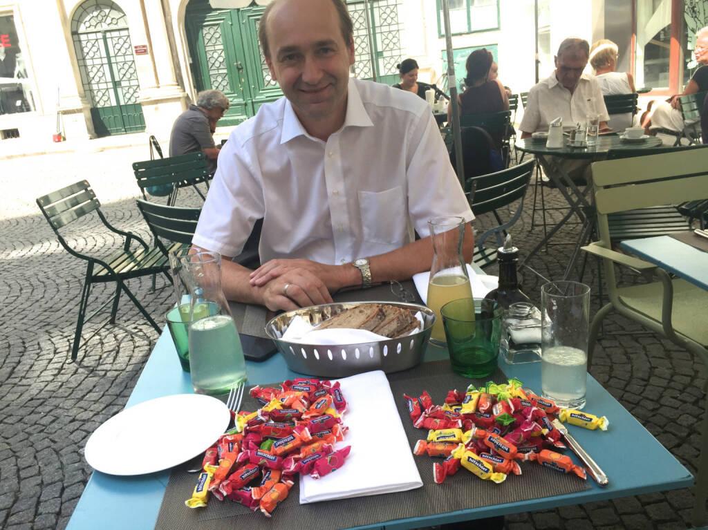 Ernst Huber das 1. Mal mit Hello bank!(er) begrüssen, nachdem man ihn seit ewig als direktanlage.at / DAB - Boss kannte. Die Zuckerl, die vor Ernst ausgebreitet sind, zeigen das Projekt 100 Tage / 100 Wertpapiere und dessen Fortschritt http://bitly.com/1dXL9kv  (01.09.2015)