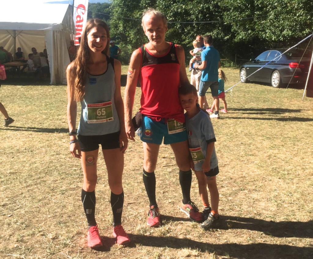 Melanie Raidl gesellt sich beim Wienerwaldlauf zu einem Foto mit meinem Sohnemann Maxim und mir. Runplugged Logo haben wir alle drei drauf (01.09.2015)