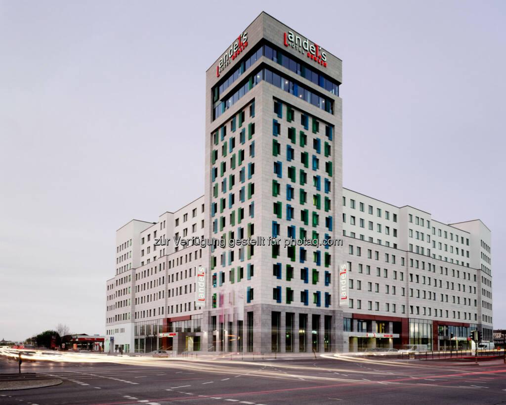 andel's Hotel Berlin, Verkauf erfolgreich abgeschlossen . Wie bereits Ende Juli angekündigt, verkauften die Warimpex Finanz- und Beteiligungs AG und die UBM Development AG das 4-Sterne-Kongresshotel andel's Berlin an die Union Investment Real Estate GmbH : © Vienna International , © Aussendung (02.09.2015)