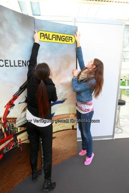 Julia Ganglbauer, Anna Scharnagl - Palfinger Messestand Börsentag München, siehe auch http://blog.palfinger.ag/ (20.03.2013)