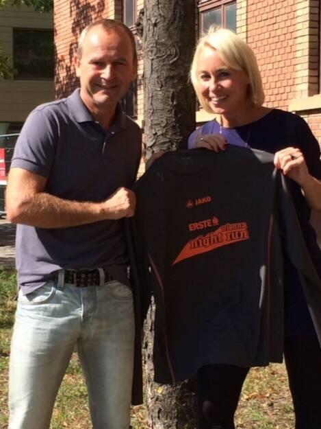 Hannes und Christine Menitz mit dem Shirt des Vienna Night Run 2015, © Aussendung (04.09.2015)