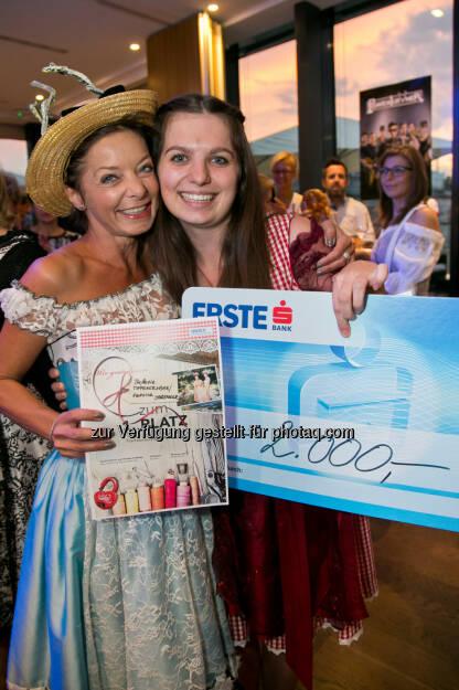 Stefanie Tiefengraber, Vanessa Sprenger gewinnen 1. Wiener Wiesn-Fest Trachten Award : Fotocredit: WWF/Klemm, © Aussendung (05.09.2015)