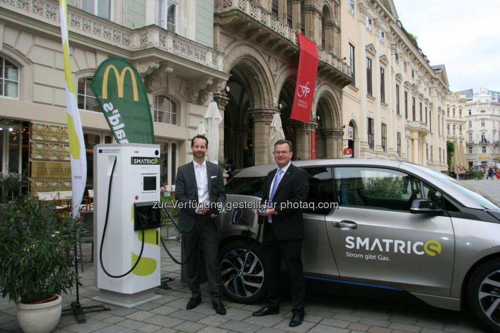 Holger Hermann (McDonald's), Michael-Viktor Fischer (Smatrics) : Smatrics setzt voll auf High-Speed-Laden (Ladezeiten von nur 20 Minuten) und McDonald´s als neuen Standortpartner : Fotocredit: Smatrics/ zbc3 gmbh, © Aussendung (09.09.2015)
