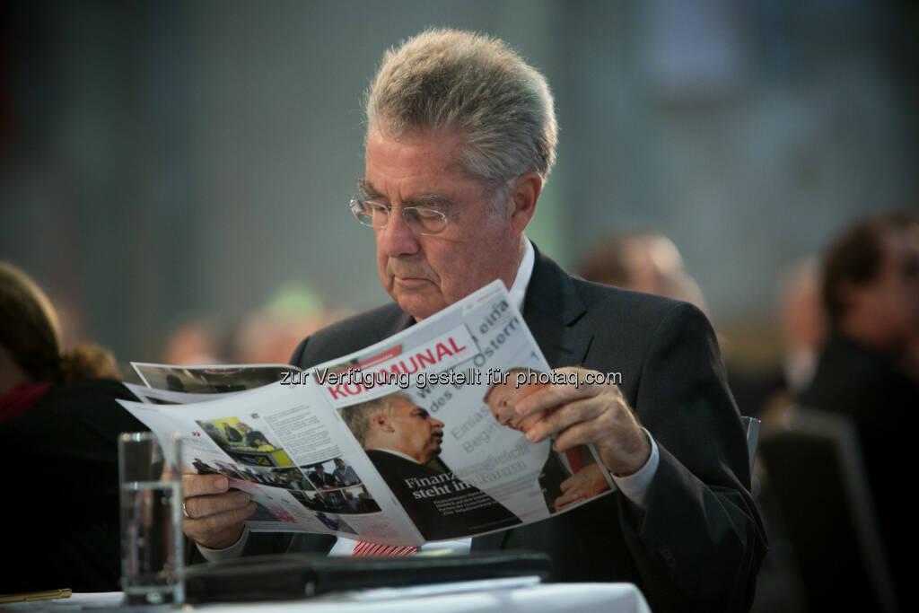 Bundespräsident Heinz Fischer liest Kommunal : BP Heinz Fischer zeigt sich beeindruckt vom größten Vernetzungsevent auf kommunaler Ebene, der Kommunalmesse in Wien : Fotocredit: Foto im Lohnbüro/Roland Schuller, © Aussender (11.09.2015)
