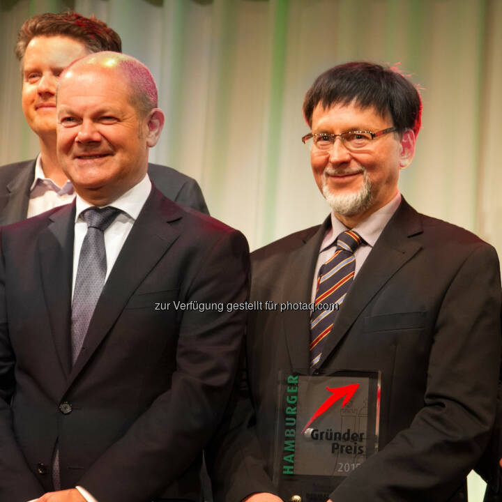 Olaf Scholz (Hamburger Erster Bürgermeister), Günther Mull (GF Dermalog) : Der größte deutsche Biometrie Hersteller Dermalog wurde mit dem Hamburger Gründerpreis 2015 ausgezeichnet : Fotocredit: Dermalog Identification Systems GmbH/Rainer Schmidt