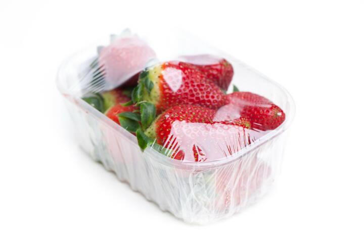 Erdbeeren, Plastikbecher, Folie - http://www.shutterstock.com/de/pic-210167968/stock-photo-strawberries-in-foil-isolated-on-white-background.html
