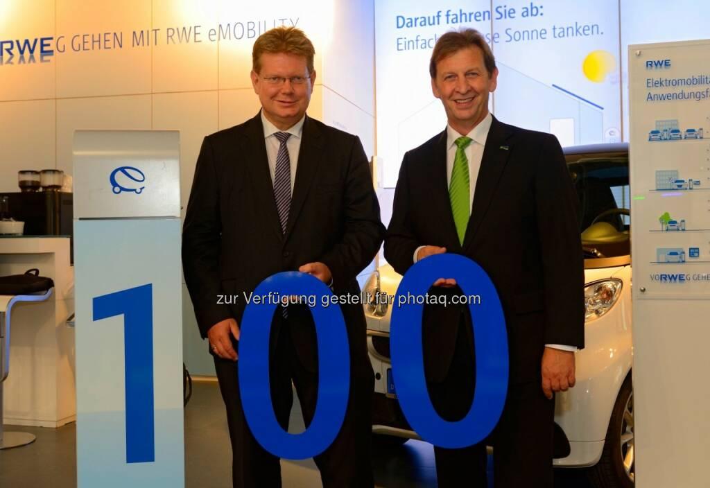 Arndt Neuhaus (Vorstandsvorsitzender der RWE Deutschland AG), Günter Reichart (Vorstandsmitglied der EWR AG) : Partner für Elektromobilität : RWE begrüßt die EWR AG als 100. Energiedienstleister im Ladenetzwerk : © RWE Effizienz GmbH, © Aussendung (18.09.2015)