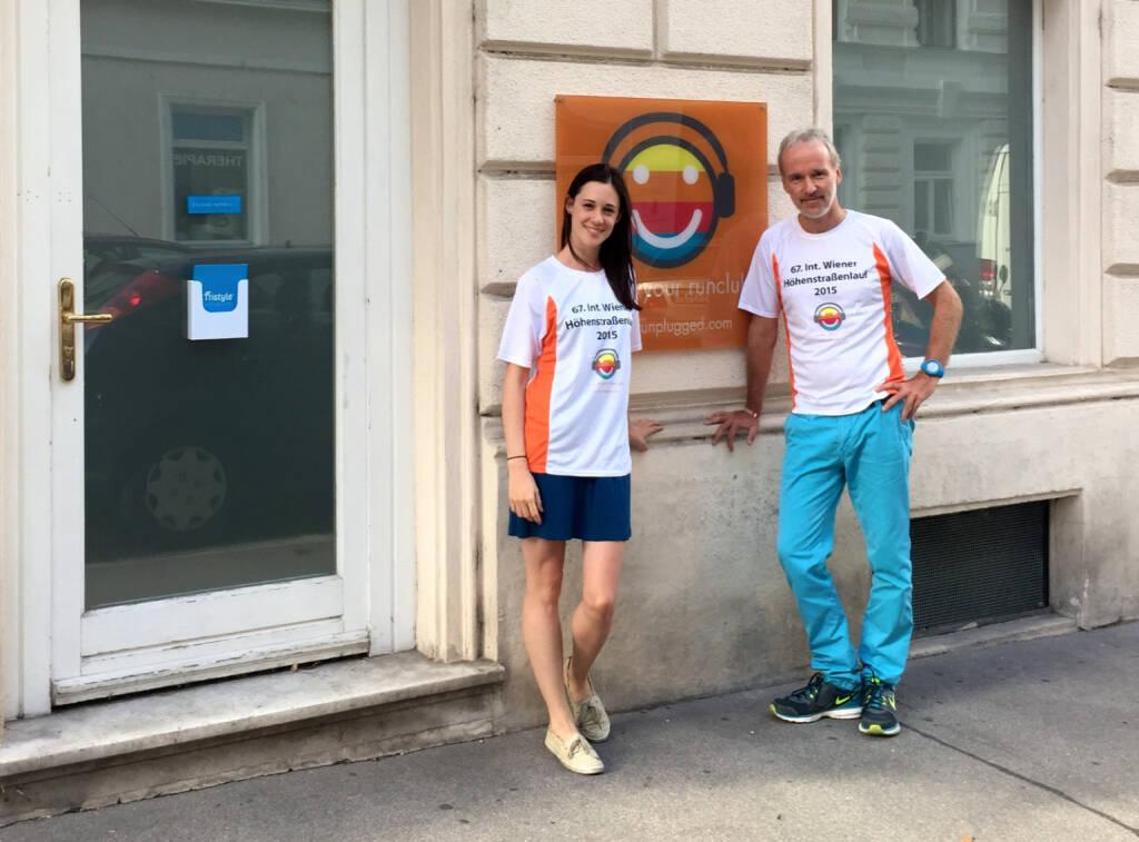 Vor dem Tristyle Office: Carina Stepanek, Christian Drastil im Shirt von http://www.hoehenstrassenlauf.com (18.09.2015)