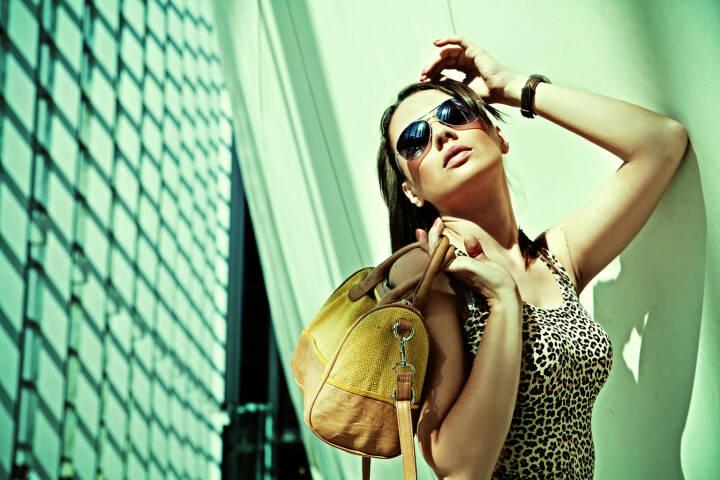 Frau, Luxus, Handtasche, reich, Sonnenbrille http://www.shutterstock.com/de/pic-116149894/stock-photo-sexy-woman-in-modern-interior.html