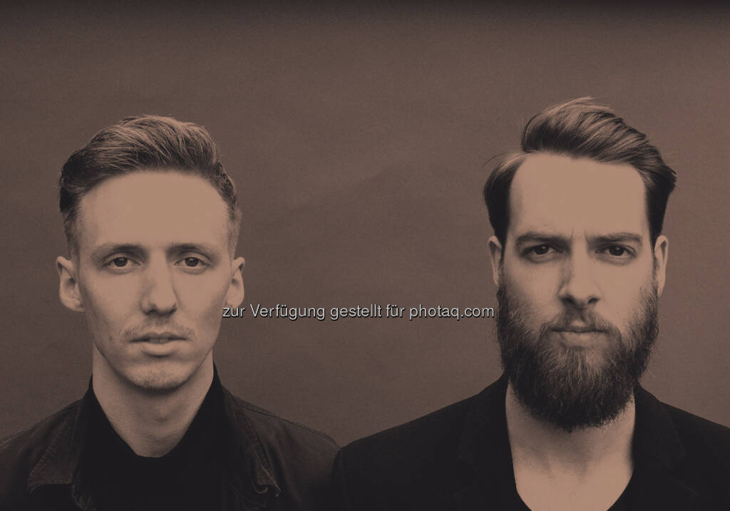 Honne, alias Andy (Vocals) und James (Produktion), aus dem East Londoner Bow stammend, setzten mit ihrer Debütsingle einen sinnlichen Sound in die Welt. Eine Mischung aus warmen, elektronischen Experimenten, Vintage-Soul und massiven Pop-Hooks, wundervoll zu einem Ganzen zusammengefasst. (22.09.2015)