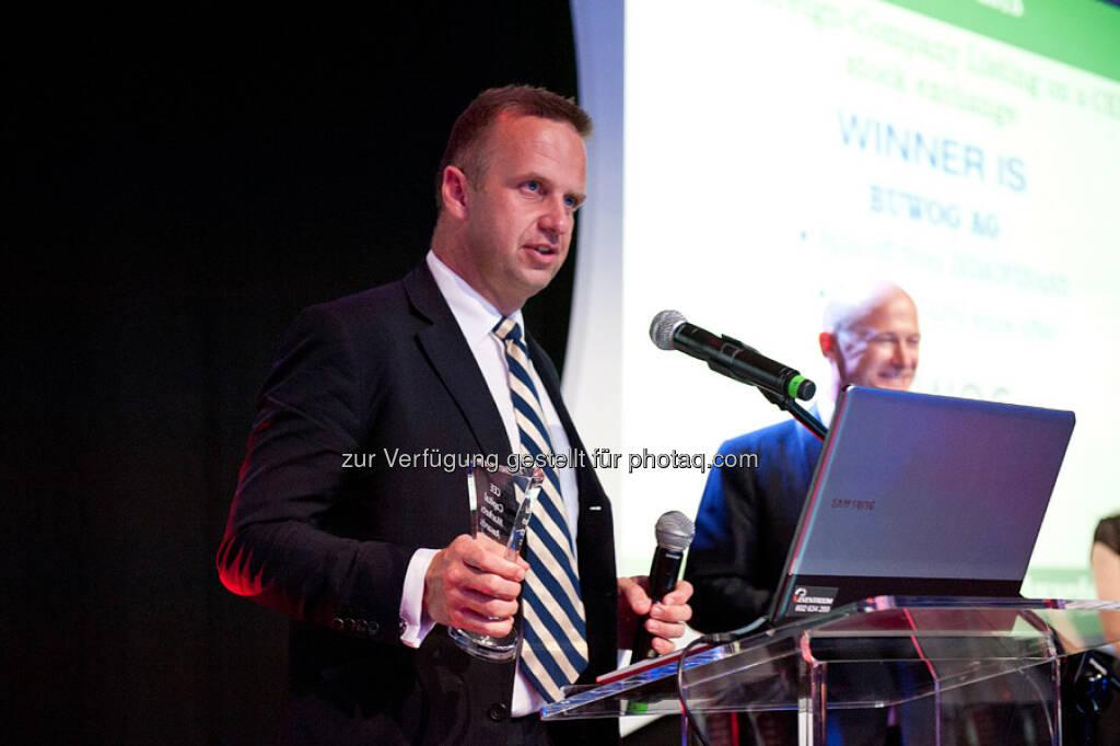 Buwog AG erhält CEE Capital Market Award : Holger Lüth (Head of Investor Relations & Corporate Finance) nimmt den CEE Capital Market Award für die BUWOG AG entgegen: © CEE Capital Market Award, © Aussendung (23.09.2015)