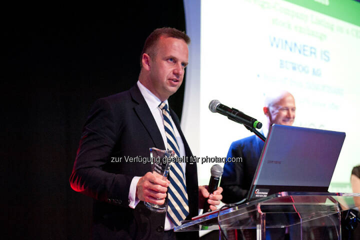 Buwog AG erhält CEE Capital Market Award : Holger Lüth (Head of Investor Relations & Corporate Finance) nimmt den CEE Capital Market Award für die BUWOG AG entgegen: © CEE Capital Market Award
