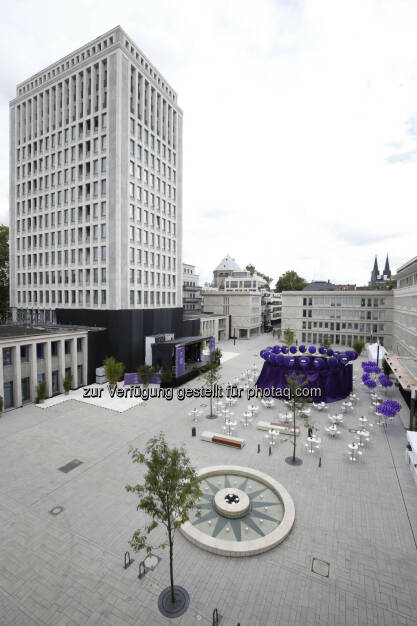 Gereonshof, Gerling Quartier : Die IMMOFINANZ schließt in Kürze bei ihrer größten deutschen Projektentwicklung, dem Gerling Quartier in Köln, den ersten Bauabschnitt ab. Am ehemaligen Sitz des Gerling Versicherungskonzerns entsteht damit ein Innenstadtviertel für hochwertigen Wohn- und Büroraum mit einer Nutzfläche von insgesamt rund 75.000 m². Heute, Freitag, wurde der im Stil einer italienischen Piazza gestaltete zentrale Platz, der Gereonshof, feierlich eröffnet und an die Kölner Bevölkerung übergeben : ©Immofinanz, © Aussendung (25.09.2015)