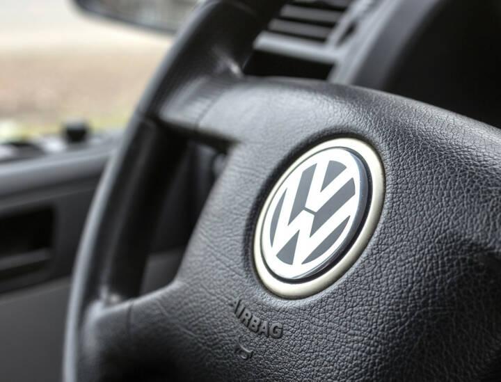VW, Volkswagen, Lenkrad, <a href=http://www.shutterstock.com/gallery-795697p1.html?cr=00&pl=edit-00>Quka</a> / <a href=http://www.shutterstock.com/editorial?cr=00&pl=edit-00>Shutterstock.com</a>, Quka / Shutterstock.com