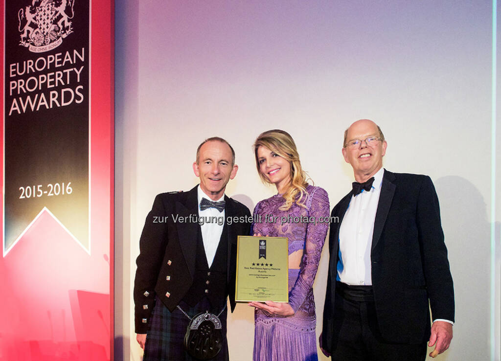 Stuart Shield (Chairman, International Property Awards), Sophie Karoly (Avantgarde Properties), Lord Caithness (Chairman of Judging, International Property Awards) : Verleihung der European Property Awards in London im exklusiven Grosvenor House Hotel im Londoner Stadtteil Mayfair : AvantgardeProperties.com zur besten Immobilienwebsite Österreichs gekürt : Fotocredit: Avantgarde Properties GmbH/Fenn, © Aussendung (30.09.2015)