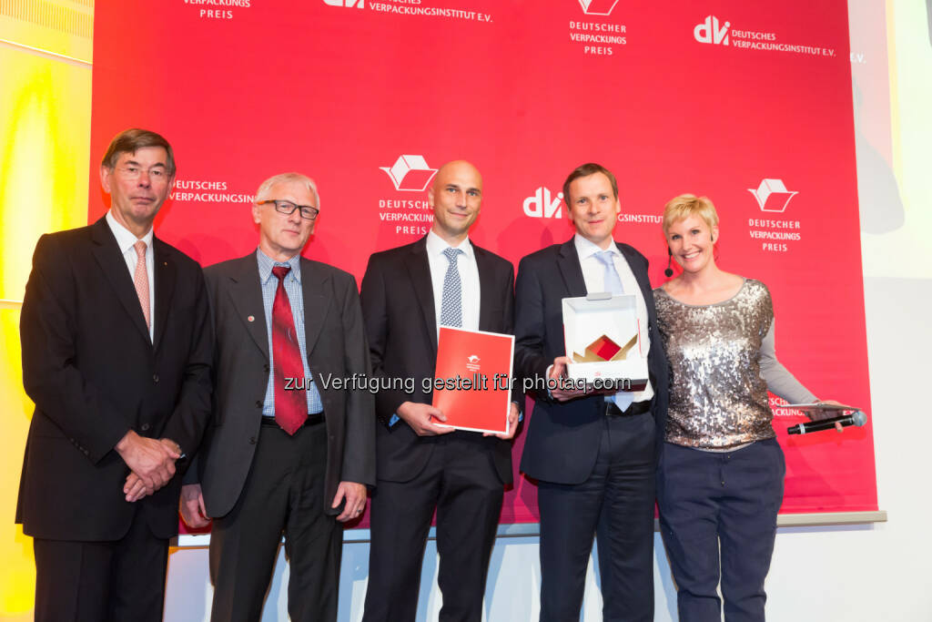 Burkhard Lingenberg (DVI-Vorstand und Gesamtverantwortlicher Deutscher Verpackungspreis), Werner Geitner (Technical Product Manager Constantia Flexibles), Ingo Geillersdörfer (Technical Product Manager Constantia Flexibles), Peter Stieboeck (Strategic Marketing Constantia Flexibles), Kathie Kleff (Moderation) : Constantia Flexibles gewinnt Deutschen Verpackungspreis 2015 : Fotocredit: dvi, © Aussendung (30.09.2015)