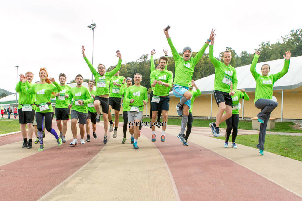 Team wikifolio Runplugged Runners, jump, Sprung, yes, © Martina Draper/photaq (04.10.2015)