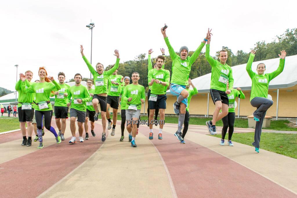 Team wikifolio Runplugged Runners, jump, Sprung, yes, © Martina Draper/photaq (04.10.2015)