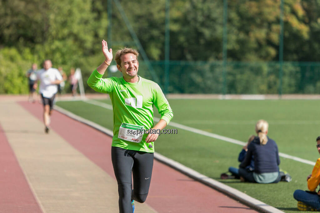 Team wikifolio Runplugged Runners, winken, smile, lächeln, © Martina Draper/photaq (04.10.2015)